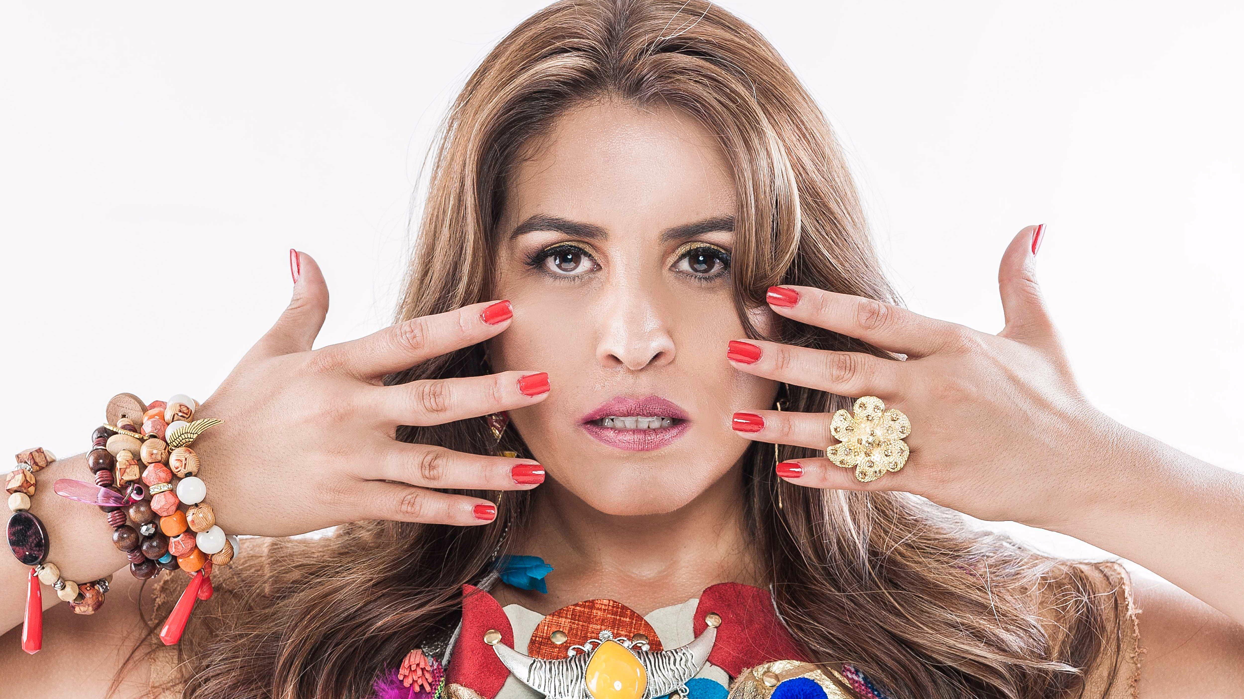 Contratar a Paola Arias